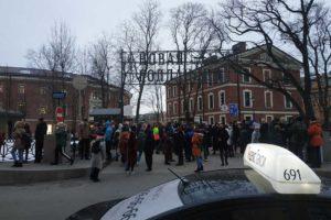 В Петербурге проходят эвакуации, в понедельник — самые массовые. Людей выводили из школ, больниц и торговых центров. Что об этом известно