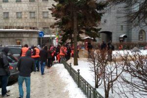 «Вчера в 11 вечера позвонили и сказали, что надо выйти». Как учителя и чиновники убирали снег в Петербурге