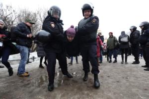 Жесткие задержания, шествие по Невскому и плакаты против «маразма чекистов». Десять фото с «Марша материнского гнева» в Петербурге