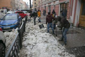 Работники баров на Рубинштейна очистили улицу от снега и льда. Сравните фото до и после