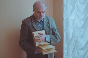 Как единственная в Петербурге библиотека для слепых помогает незрячим знакомиться с литературой: от чтения вслух на древнерусском до доставки на дом книг по Брайлю