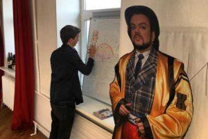 Это картонный Филипп Киркоров из редакции «Бумаги». Он участвует в вечеринках и дегустациях, измеряет петербургские сугробы, а недавно попал в инстаграм настоящего Киркорова!