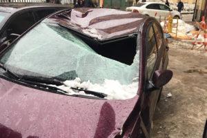 Что делать, если снег упал на машину, как получить компенсацию и найти виновного?