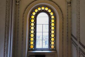 Петербуржец ведет блог в инстаграме со снимками витражей. Он фотографирует окна на Васильевском острове и Петроградской стороне