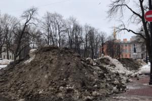 «Город погрузился в горы грязного снега и ручьи черной воды». В Петербурге оттепель — сугробы тают, а на дорогах огромные лужи!