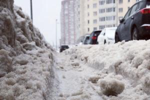 Уже месяц по Петербургу невозможно передвигаться из-за гор грязного снега и гололеда. Посмотрите, как чиновники отчитываются об успешной уборке, а горожане с ними спорят