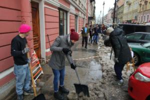 Работники баров на Рубинштейна очистили часть улицы от снега. Акция продолжится завтра