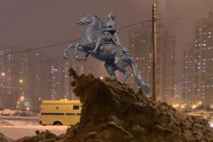 Грязный большой сугроб из Петербурга стал мемом. Теперь это постамент Медного всадника, «Горбатая гора» и айсберг из «Титаника»