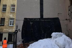 На улице Марата появилось граффити с огромной «лопатой Беглова». Размером в несколько этажей!