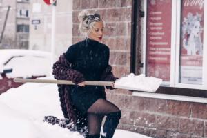 Петербургские власти не справляются с уборкой города, и люди занимаются ей сами — чистят дворы, толкают застрявшие автобусы и заваливают снегом двери управляющих компаний