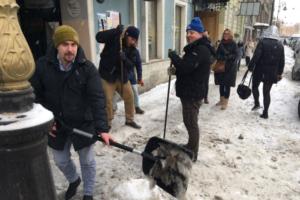 Работники шести петербургских баров на Белинского организовали акцию по уборке улицы. Они очищали ее с лопатами и перфораторами