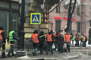 В Петроградском районе заметили десятки работников с лопатами. До этого там прошли одиночные пикеты из-за плохой уборки снега