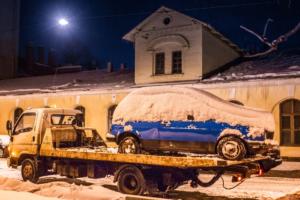 За сутки в Петербурге эвакуировали более 200 автомобилей, мешавших уборке снега