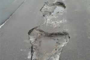 Водители жалуются на дорожные ямы в Петербурге и Ленобласти. Пострадали десятки автомобилей