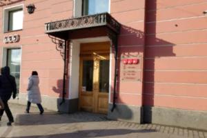 На Невском проспекте на петербуржца упала глыба льда, его госпитализировали