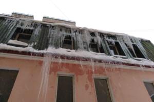 Петербуржец подал заявку на очистку крыши от трехметровых сосулек. Коммунальщики отчитались об уборке, когда наледь сама растаяла, рассказал он