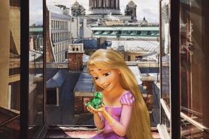 Блогер добавляет героев мультфильмов на фотографии Петербурга. На ее кадрах — Белль и Рапунцель гуляют по городу