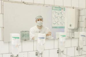Полгода назад заболевшему раком онкологу Андрею Павленко удалили желудок. Как он восстанавливается и возвращается к работе