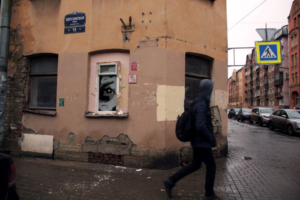 В центре Петербурга нарисовали стрит-арт, посвященный установке камер с распознаванием лиц. Это глаз в окне, следящий за прохожими
