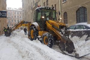 Для уборки петербургских дворов нужны еще 800 млн рублей и 200 единиц техники, заявили в жилкоме