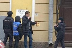 Активиста задержали на Невском проспекте, когда он пытался очистить стрит-арт «Окно в другую реальность»