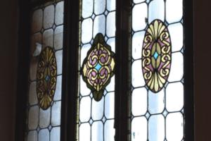 При ремонте дома в Петербурге исторический витраж заменили стеклопакетом. КГИОП заявил, что это незаконно. Прокуратура начала проверку