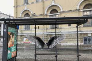 На остановке в Петербурге снова повторили работу Паши 183 с крыльями ангела. Ее согласовали с администрацией