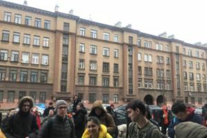 Во вторник из-за сообщений о ложном минировании в Петербурге эвакуировали больше 13 тысяч человек. Анонимы требовали по полмиллиона рублей