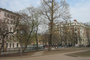Петербурженки спасли в парке женщину, которую мужчина приковал к себе наручниками — теперь нападавший им угрожает. Что делать в такой ситуации и поможет ли обращение в полицию?