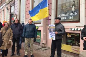 На Невском прошла акция в годовщину референдума в Крыму. Прохожим раздавали листовки с вопросом «Крым ваш?»