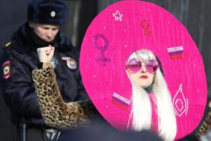 «Патриархат существует и феминизм нужен!»: три фотографии с митинга за права женщин на площади Ленина в Петербурге