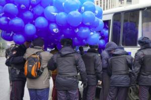 В Москве задержали больше двадцати участников митинга против изоляции рунета. В Петербурге активисты провели пикеты за свободный интернет