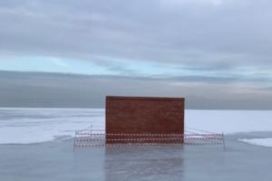 Немецкий художник установил на льду в Кронштадте большую кирпичную стену. Это арт-работа для берлинской галереи