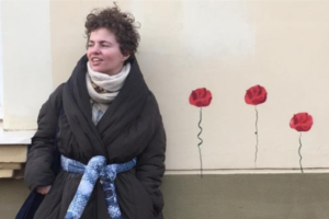 В поддержку петербургской феминистки Беллы Рапопорт запустили флешмоб в соцсетях. После скандала с Lush ей начали приходить угрозы