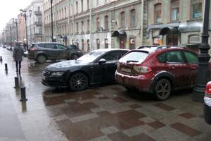 Петербуржцы жалуются, что на пешеходной 1-й Советской улице снова появляются припаркованные автомобили