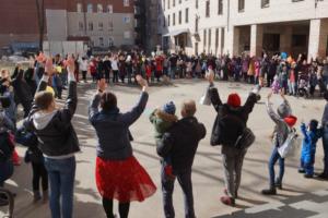 Больше 200 жителей Центрального района вышли на акцию в защиту детской поликлиники на Мытнинской улице