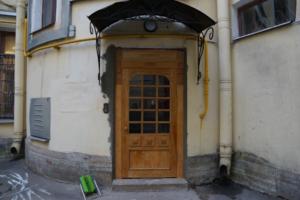 Металлические двери в доходном доме Станового в центре Петербурга заменили на копии исторических из ясеня