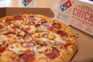Сеть Domino's разыграла «пожизненный» запас пиццы за татуировку со своим логотипом. Оказалось, победителям придется выплачивать налог