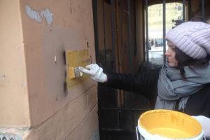 На петербургских фасадах — тысячи объявлений о продаже наркотиков. Могут ли их закрашивать горожане и ищут ли авторов рекламы