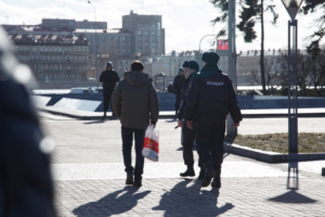 На митинге за честные выборы полиция задержала участника за плакат с нецензурным обращением к Путину и Медведеву