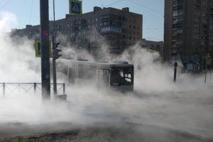 В Петербурге автобус застрял на залитой кипятком улице — пассажиров эвакуировали через люк на крыше. Как водители помогли спасти людей и что известно о прорыве трубы