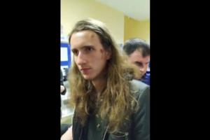Полиция составила протоколы на активистов, которые пришли навестить задержанного за акцию с «надгробием Путину»