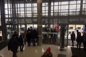 За воскресенье сообщения о минировании поступили в пять петербургских ТЦ. Два из них эвакуировали — на улицу вывели 1800 человек