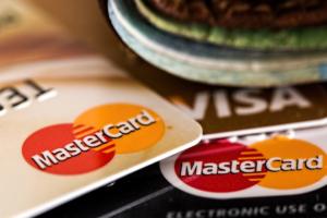 Visa и Mastercard требуют от российских банков выпускать только бесконтактные карты