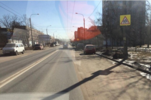 Житель Петербурга пожаловался на сугробы, которые мешают парковке. Чиновники отчитались об уборке снега в апреле