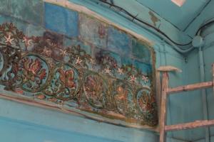 Петербургские краеведы из объединения ГЭНГЪ отмыли майоликовые панно в доходном доме на Васильевском острове