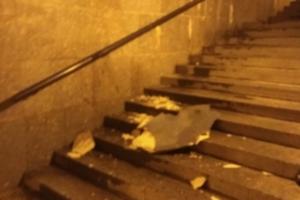 В подземном переходе у Балтийского вокзала упала часть облицовки потолка