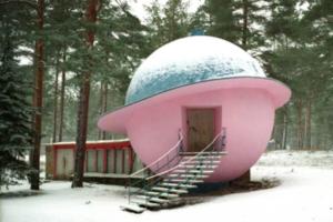 The Village рассказал историю розового здания в форме Сатурна из поселка Солнечное. Это советский планетарий!