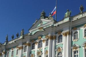 На Зимнем дворце приспустили флаг России в связи с разрушениями в соборе Парижской Богоматери. Пиотровский назвал пожар катастрофой