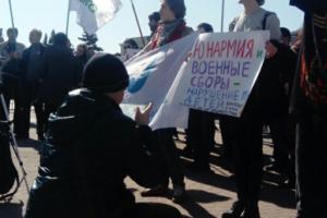 На площади Ленина прошел митинг против призыва в армию. Участники вышли с плакатами «Мужчина не должен» и «Патриархат — братская могила»